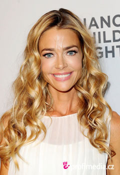 Účesy celebrit - Denise Richards