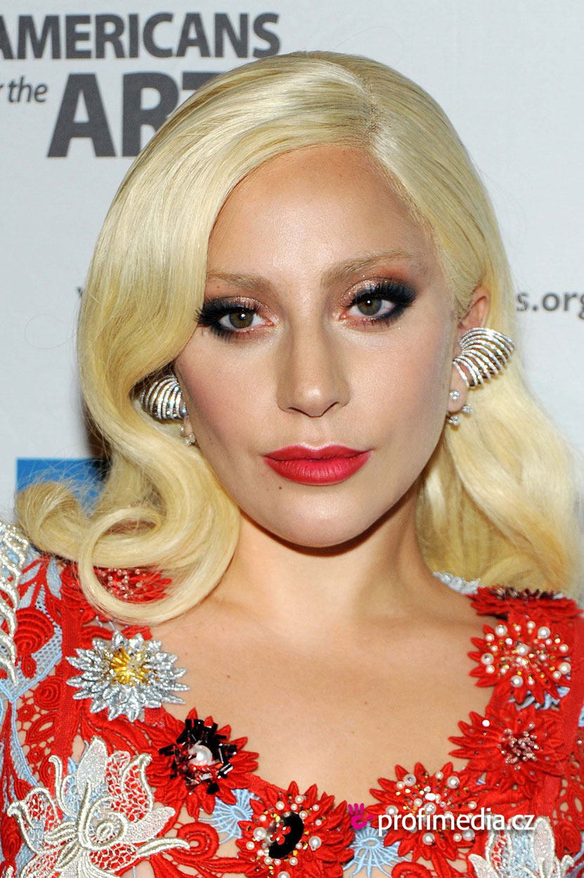 Lady gaga coiffure happyhair for Miroir virtuel coiffure