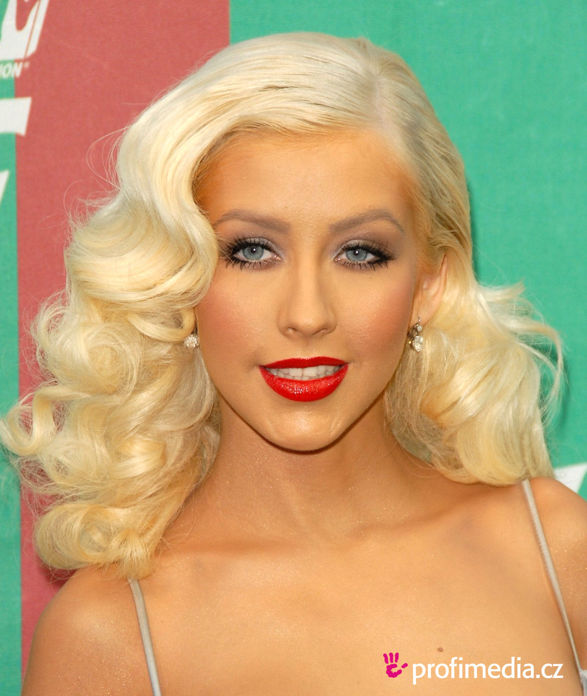 You Can Try This Christina Aguilera S Hairstyle With Your Own Photo Upload At Easyhairstyler