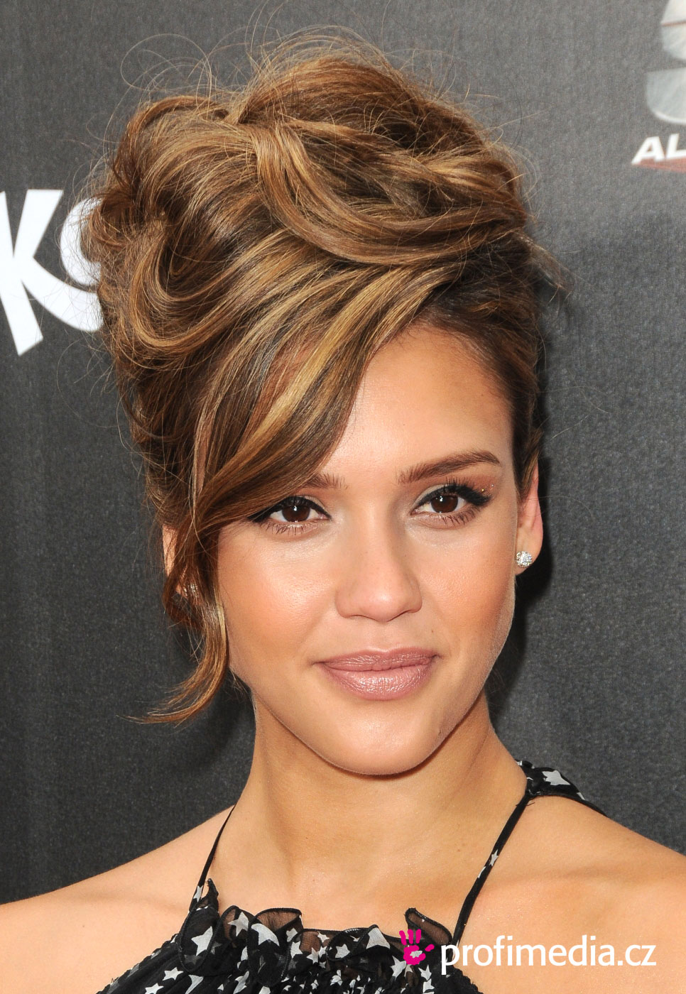 jessica alba coiffure happyhair. Black Bedroom Furniture Sets. Home Design Ideas