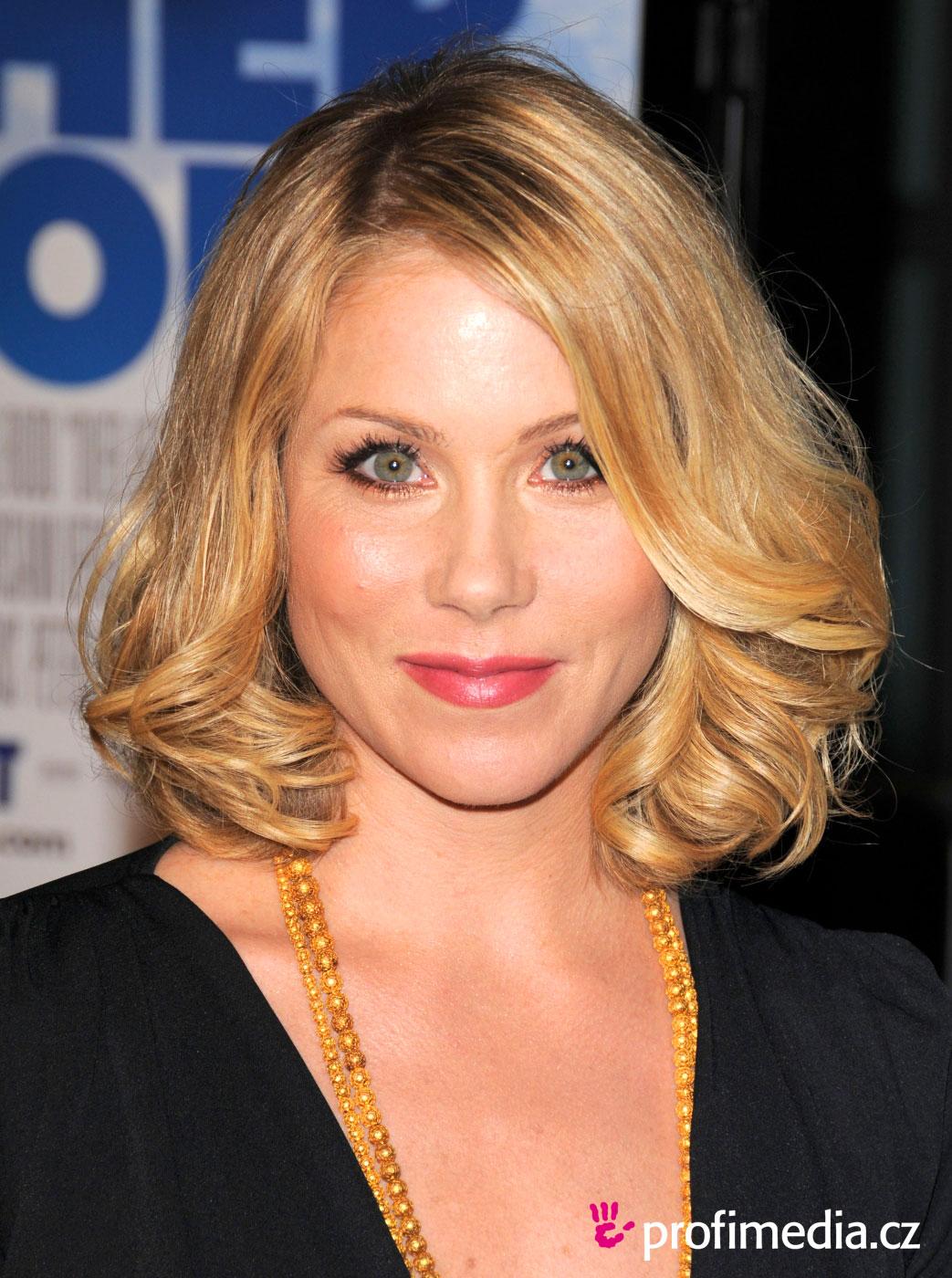 Christina Applegate Hairstyle Easyhairstyler