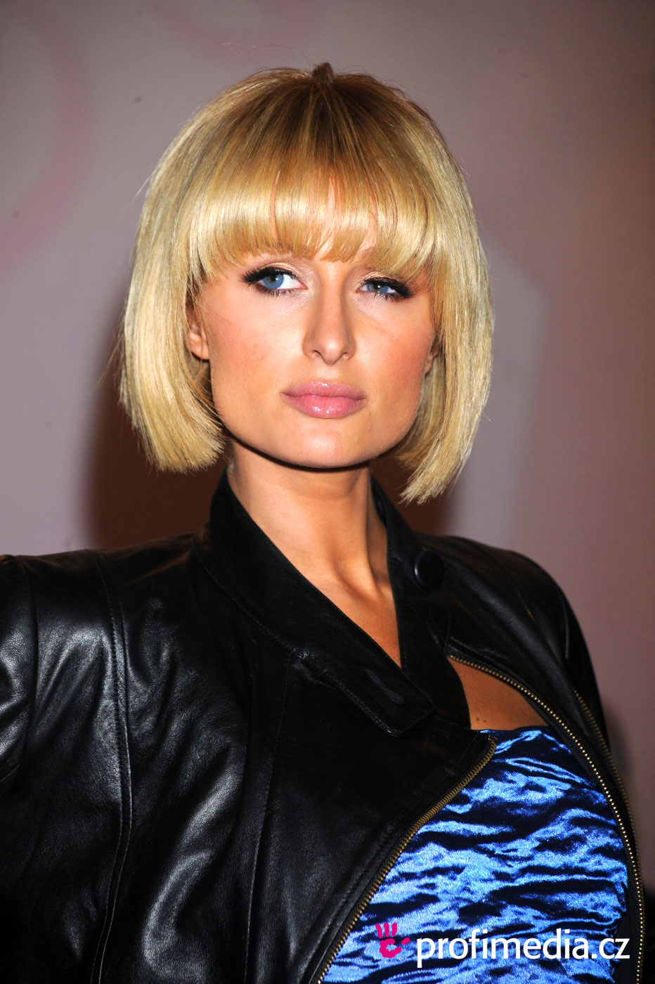 paris hilton frisur zum ausprobieren in efrisuren. Black Bedroom Furniture Sets. Home Design Ideas