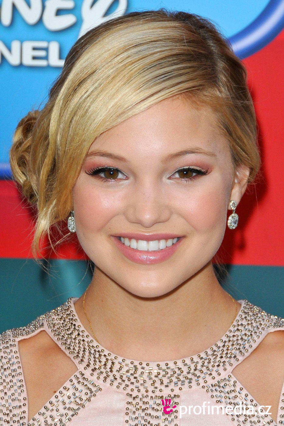 Olivia Holt Hairstyle Easyhairstyler