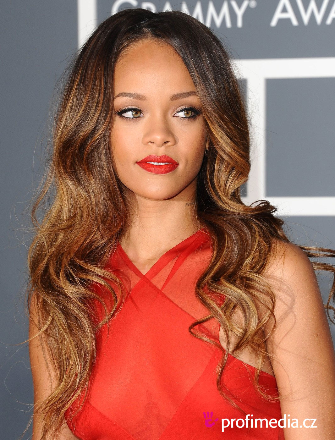 rihanna frisur zum ausprobieren in efrisuren. Black Bedroom Furniture Sets. Home Design Ideas