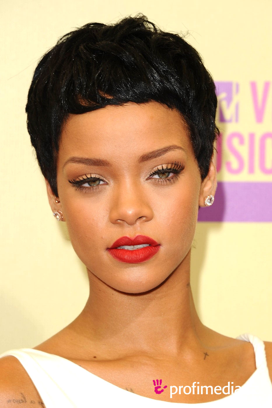 Rihanna curly haircut