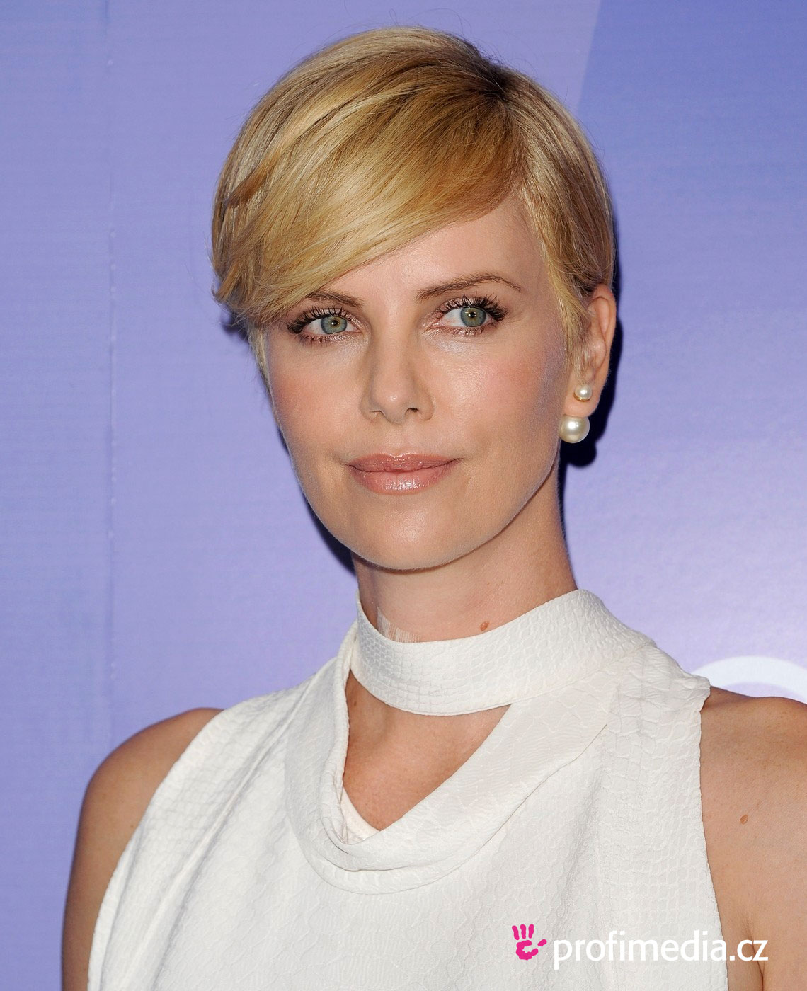 Charlize Theron Short Hair Style by wearticles.com